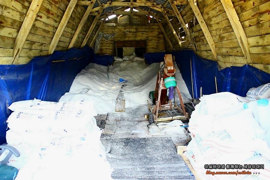 동주염전에서 생산된 소금을 보관하는 창고