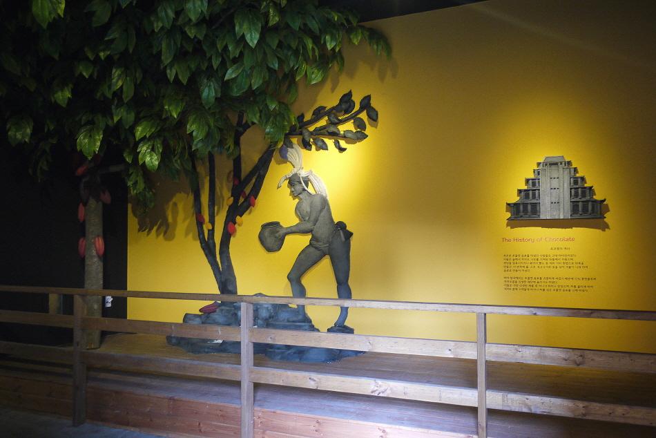 The History of Chocolate|초코렛의 역사|최초로 초콜렛 음료를 마셨던 사람들은 고대 마야인이었다. 이들은 숲에서 카카오 나무를 가져와 뒤뜰에서 키웠으며,씨앗을 발효시키거나 볶아서 빻는 등 여러 가지 방법으로 반죽을 만들고, 이 반죽에 물, 고추 옥수수가루 등을 섞어 거품이 나게 하여 음료로 만들어 마셨다.마야 왕국에서는 초콜렛 음료를 귀중하게 여겼기 때문에 신의 봉헌물로써 카카오콩을 신성한 제단에 올리기도 하였다.이들은 가장 신성한 제물 중 하나가 피라고 믿었으며, 피를 흘리게 하여 카카오 콩에 스며들게 하거나 피를 섞은 초콜렛 음료를 신께 바쳤다.