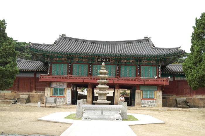 용주사 천보루와 5층석탑