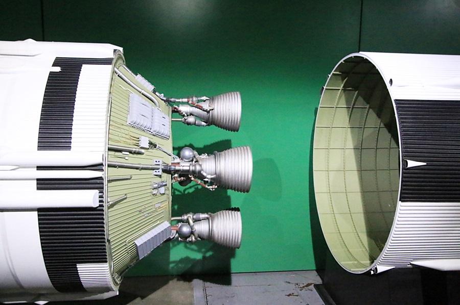 분리 중인 로켓 모형