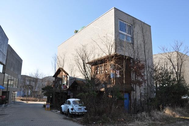 폭스바겐 비틀 자동차가 서 있는 건물
