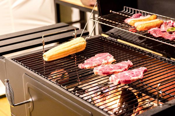 숯불 불판에 구워지고 있는 고기 사진