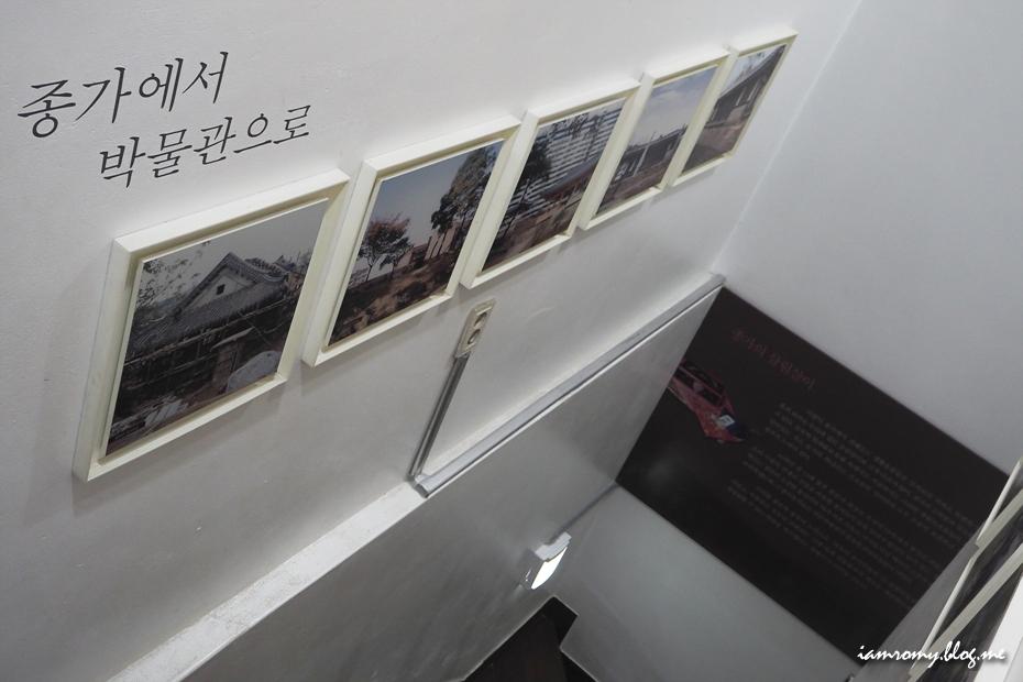 계단 옆 전시품들