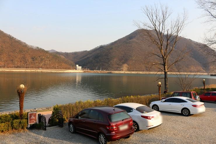 주차장에서 보이는 북한강