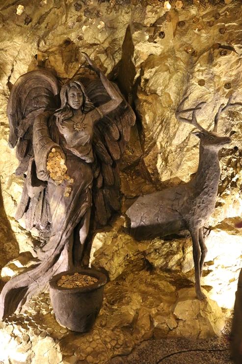 벽에 놓여진 조각품