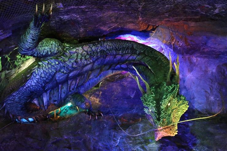 동굴에 장식된 조형물