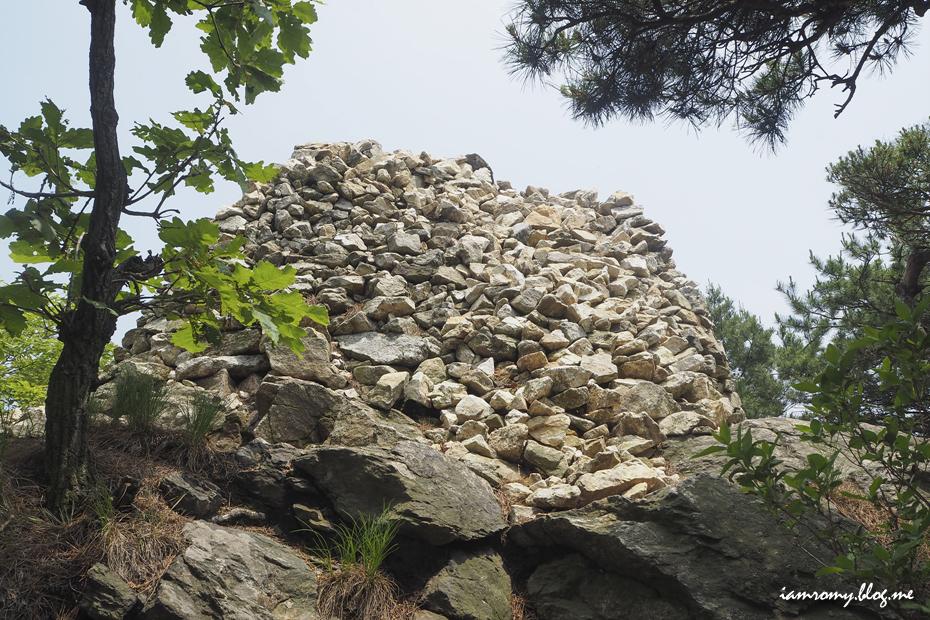 쌓여있는 돌들
