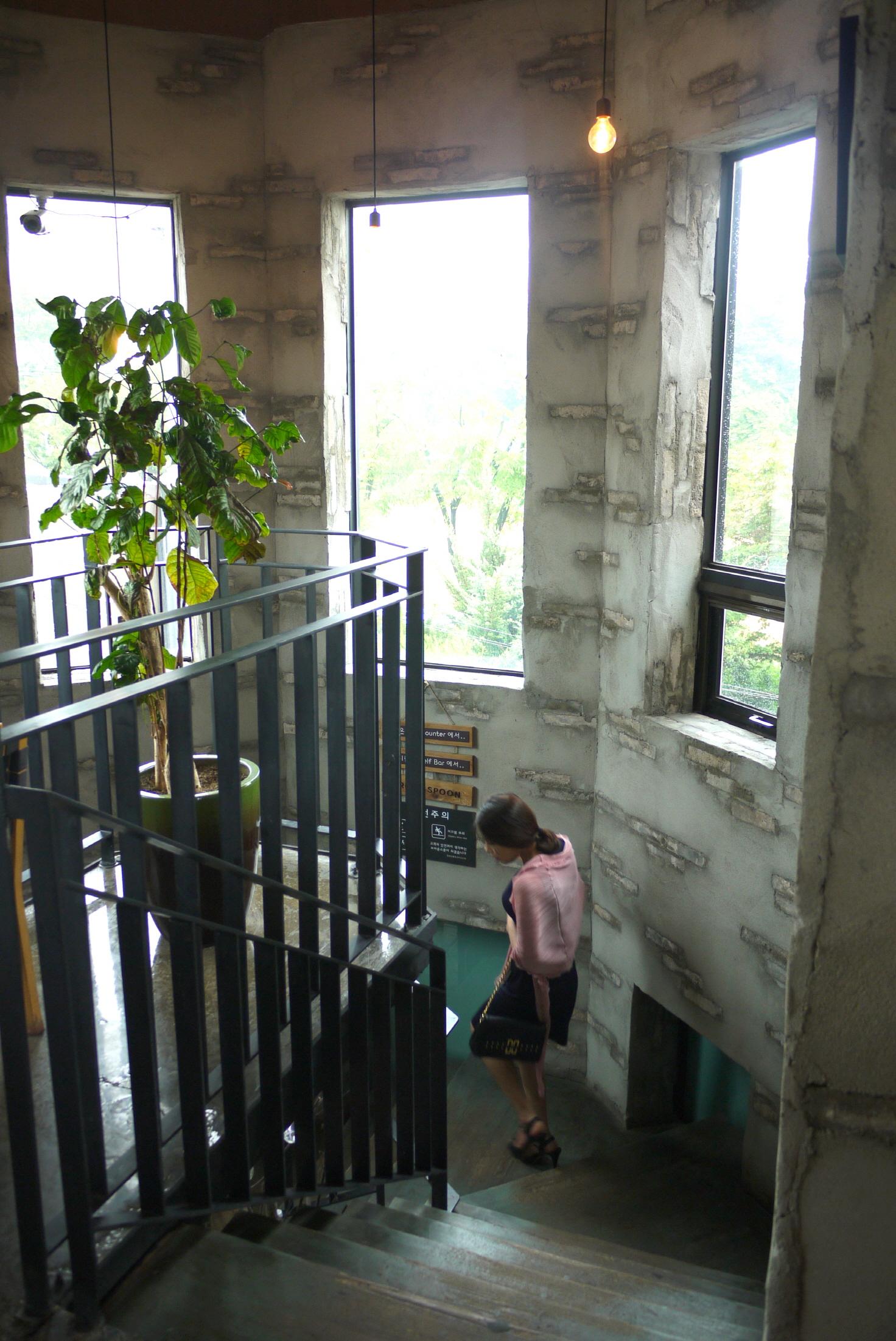 3층에서 바라본 올라오는 계단