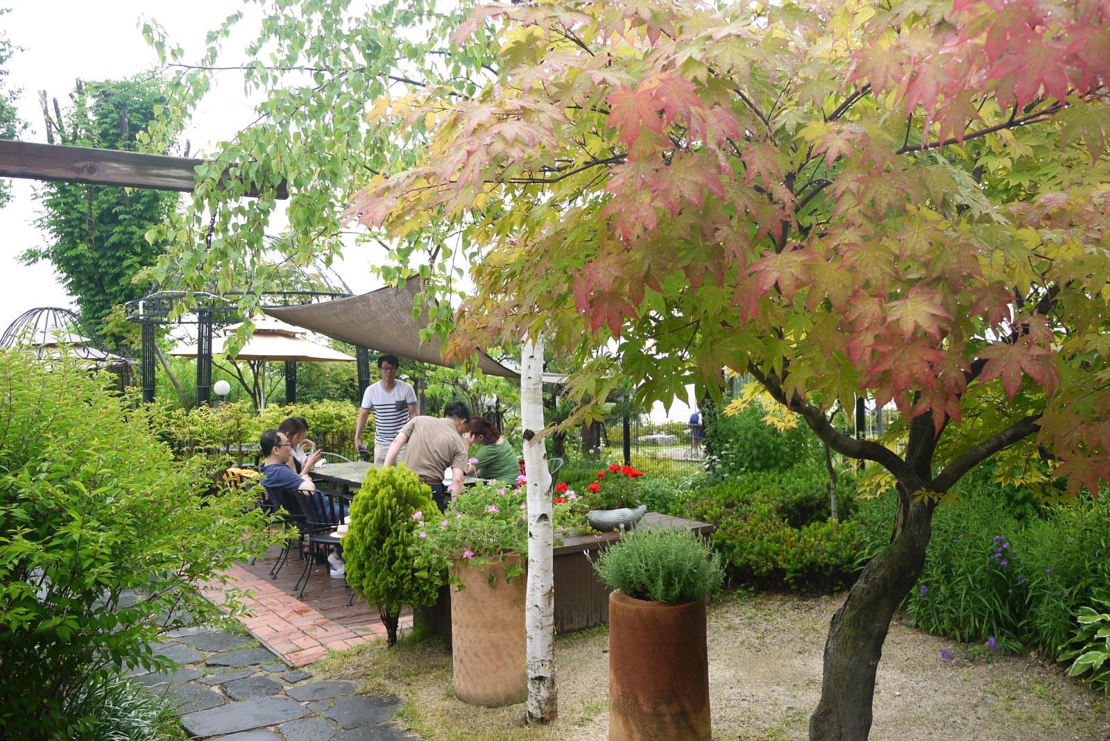 야외 정원과 사람들