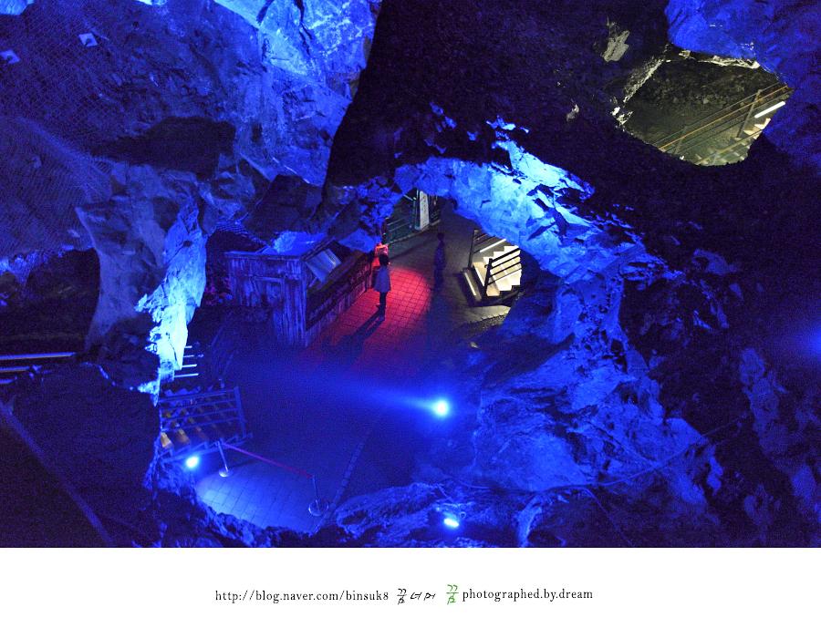 깊은 동굴을 걷는 사람