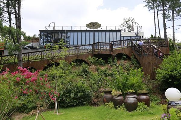 레스토랑 산과 정원