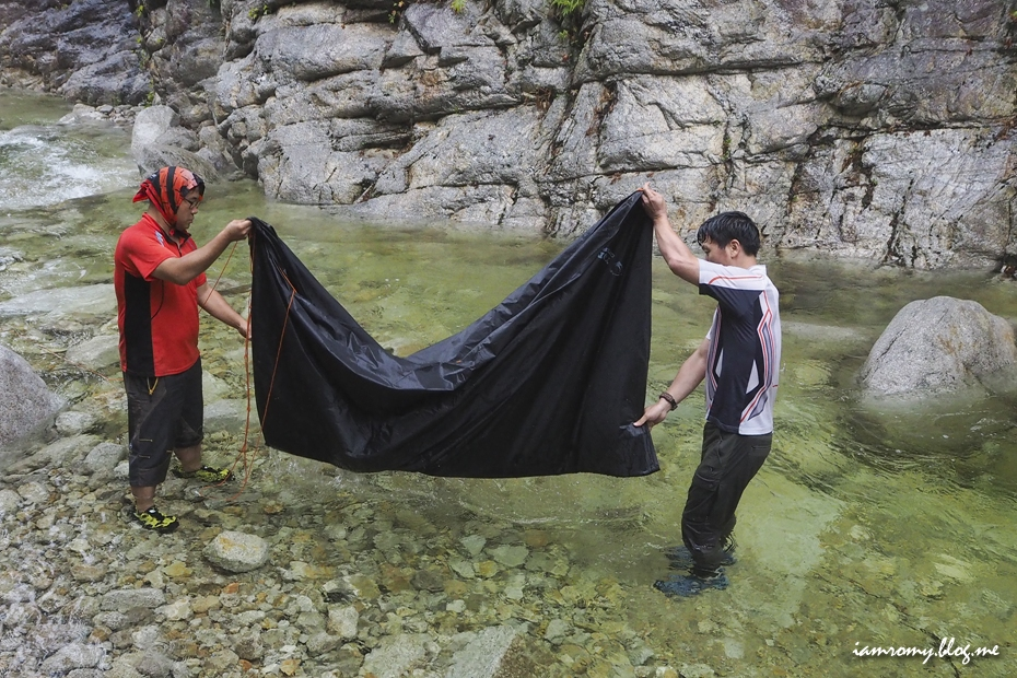 텐트를 정리하는 사람들