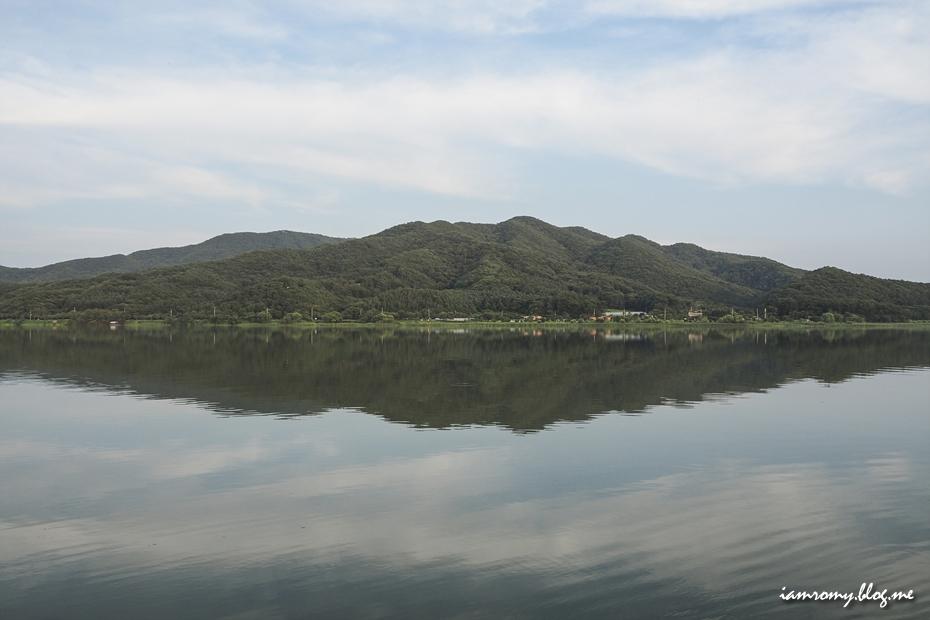 강가 너머로 보이는 산