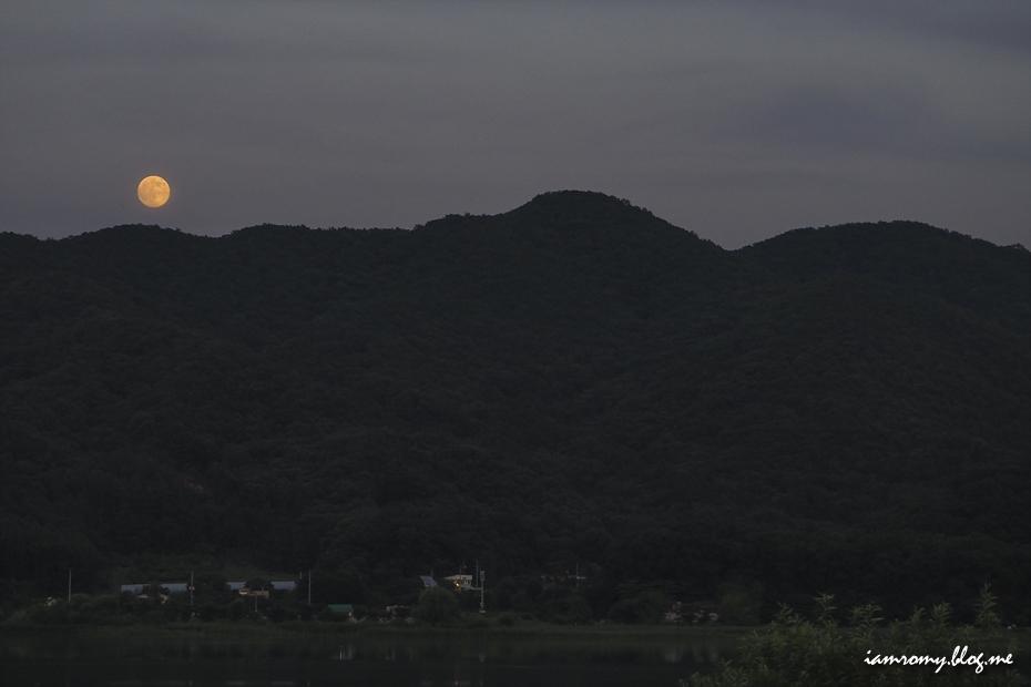 달이 떠오른 산