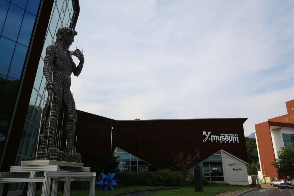 다비드상이 서있는 양평군립미술관