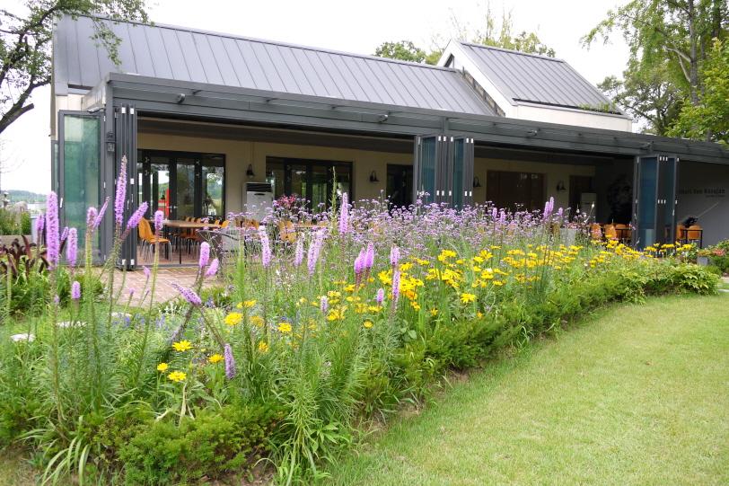 꽃이 가득한 레스토랑 앞