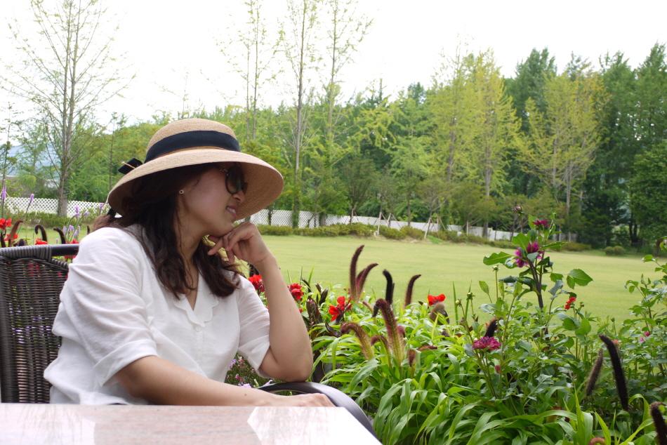 테이블에 앉아 꽃을 감상하는 딸