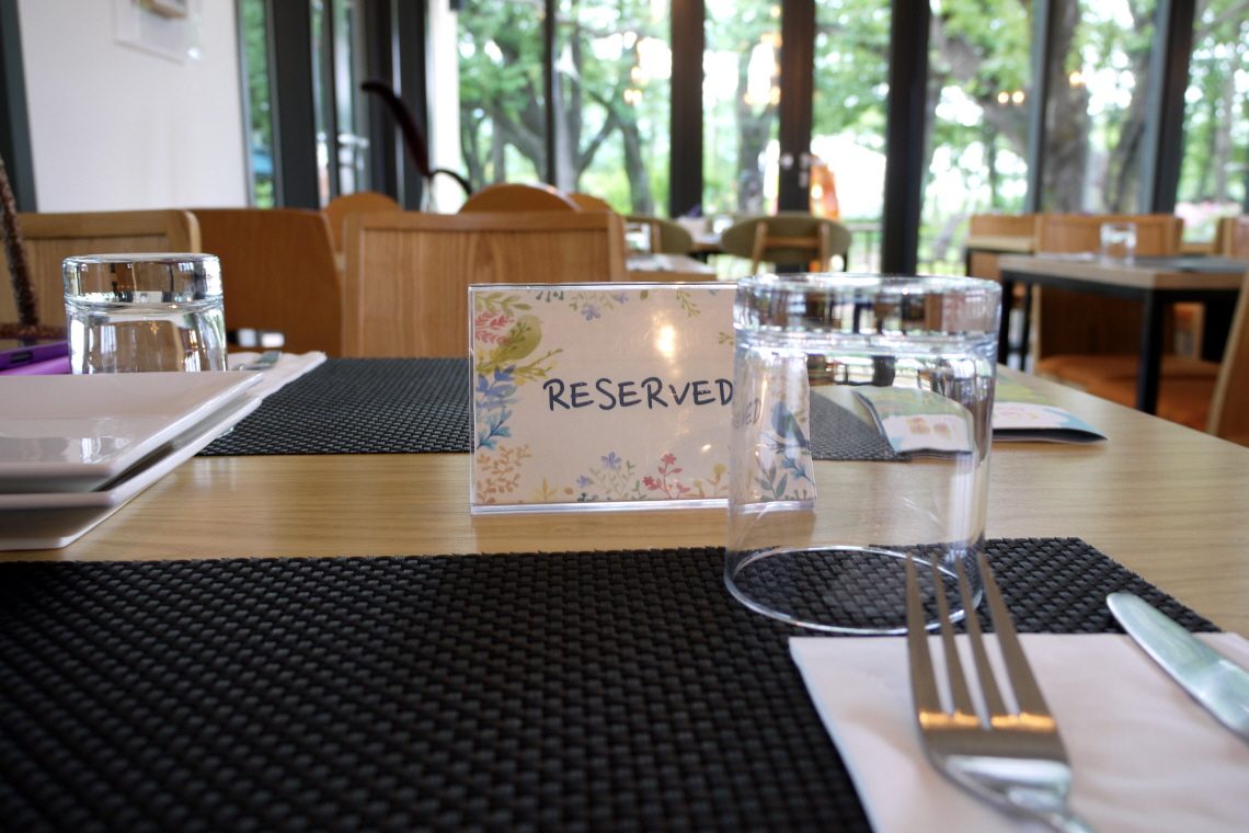 예약 팻말이 있는 테이블