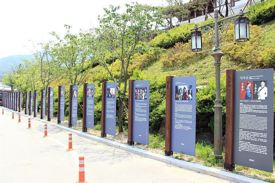 촬영된 드라마와 영화 소개 표지판