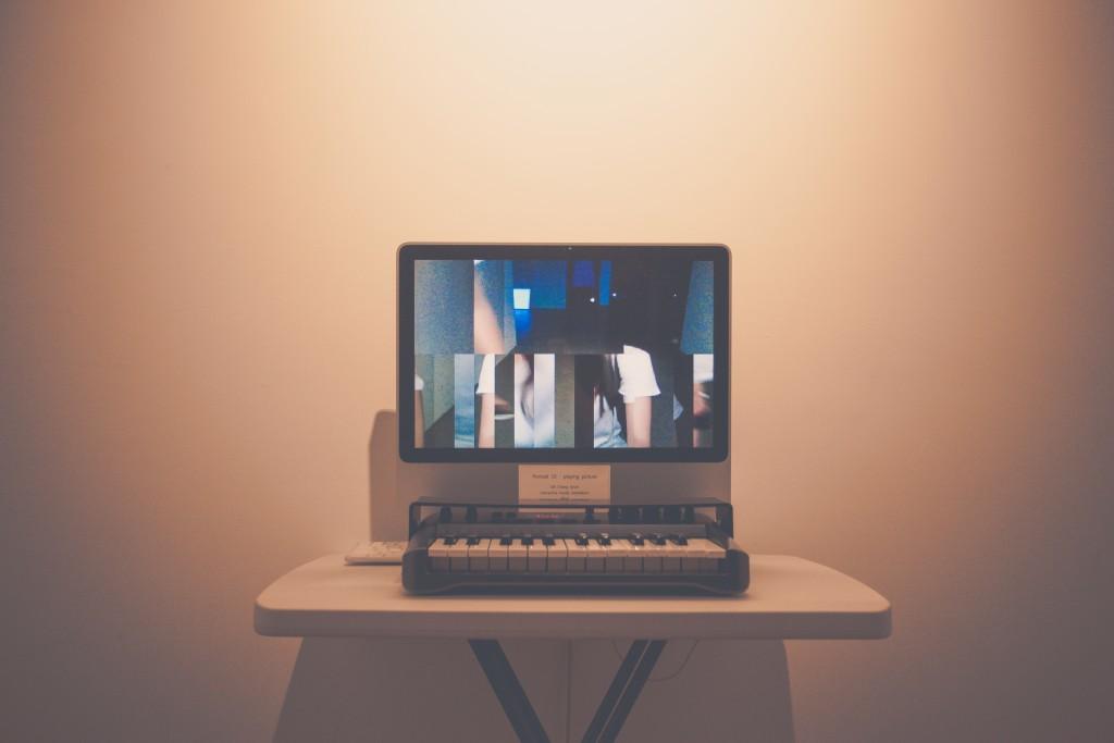 미디어 아트 작품 사진(피아노를 치면 계이름 하나하나 마다 자신의 모습을 화면에 나타내어줌)