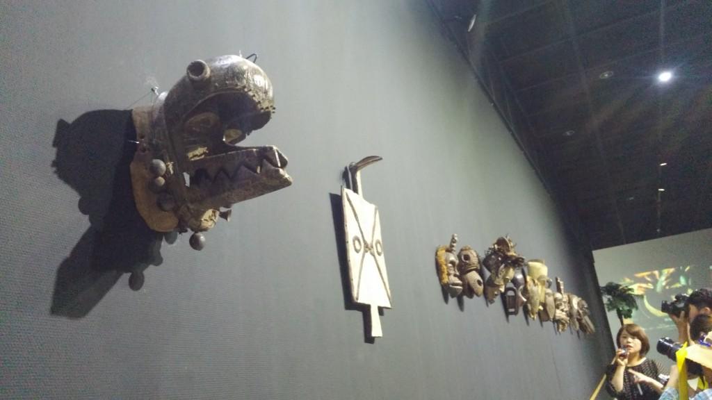 벽면에 장식된 아프리카 장식들