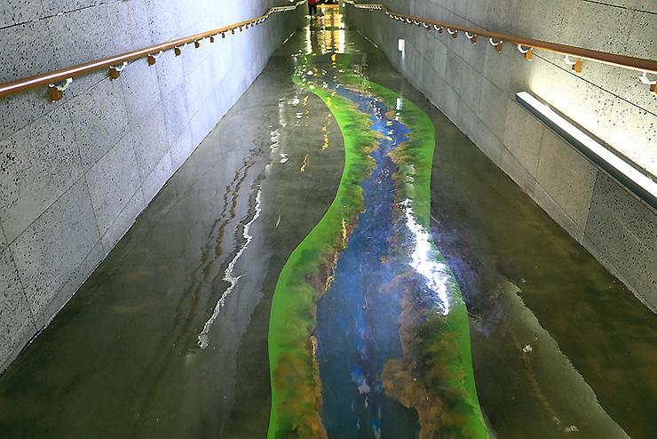 바닥에 보이는 강가 그림