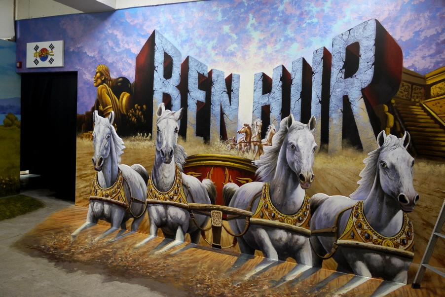 벤허 포스터가 그려진 벽