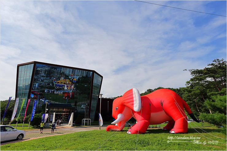 미술관과 거대 코끼리 풍선