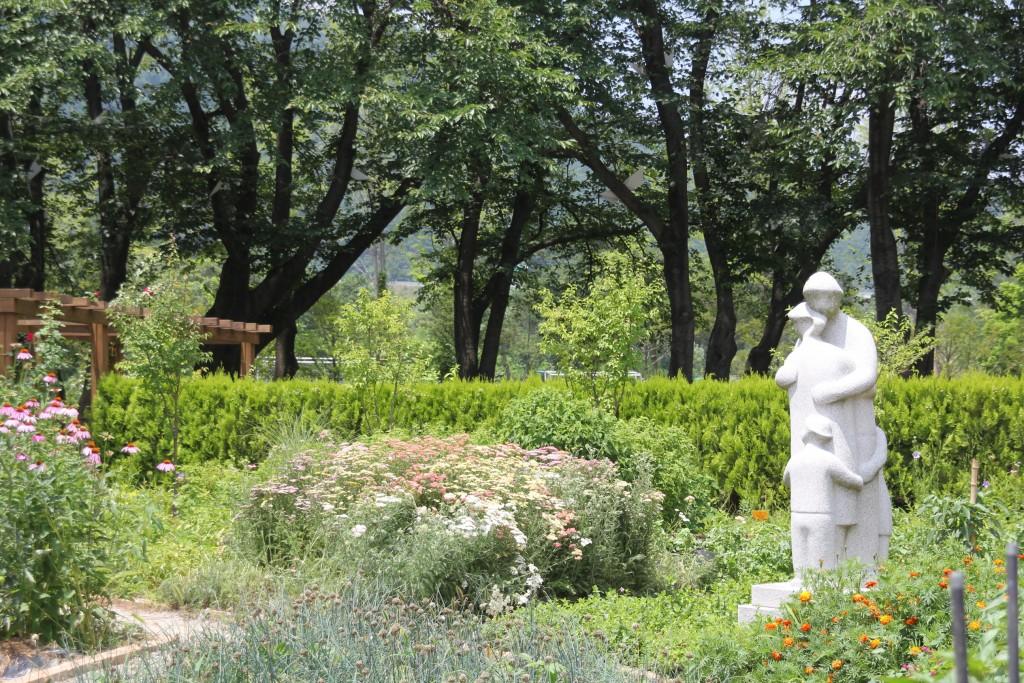 정원과 텃밭에 있는 조각가의 작품들