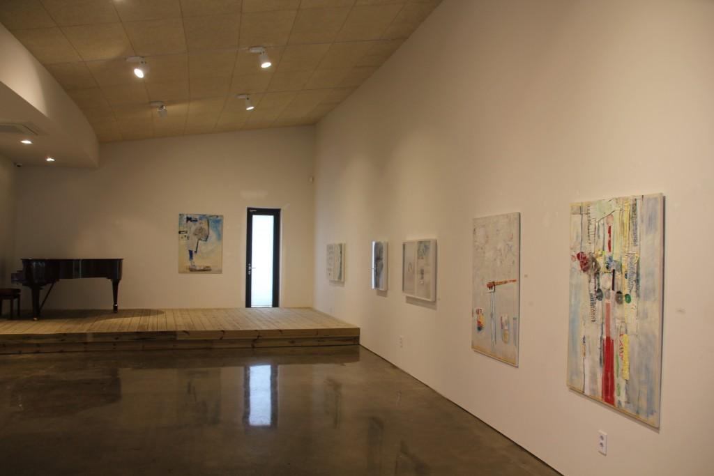 갤러리에 전시된 그림작품들