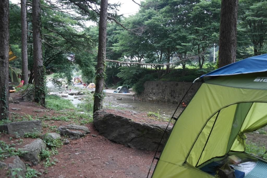 텐트 옆으로 보이는 계곡