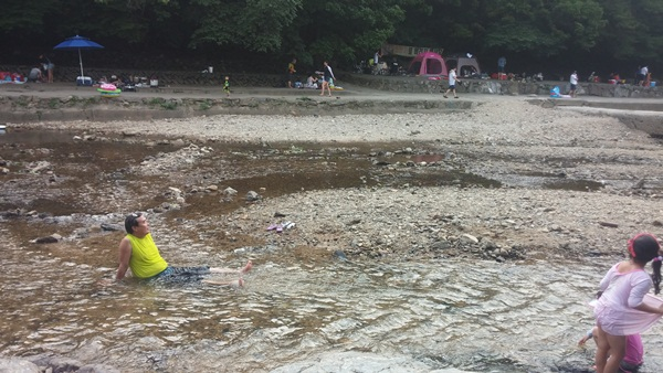 물에 들어가 노는 관광객