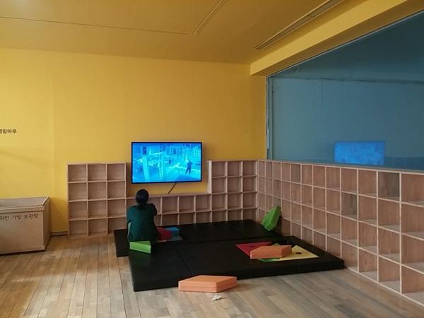 영상 미술을 감상하는 어린이