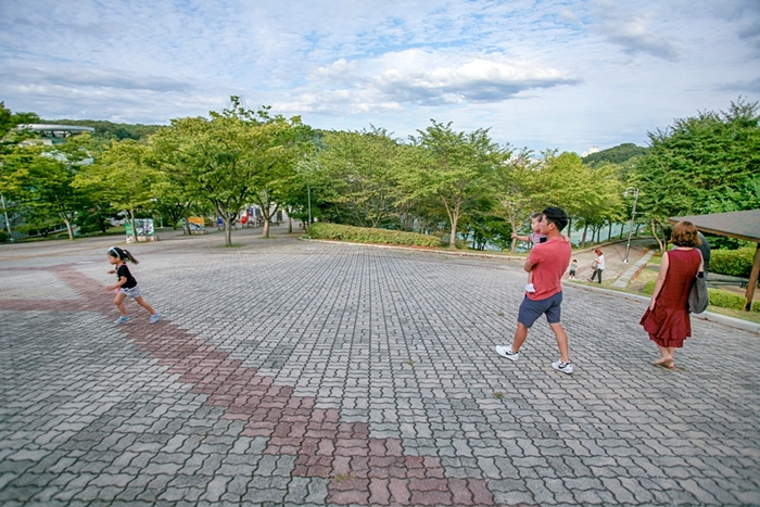 뛰는 아이와 바라보는 부모들
