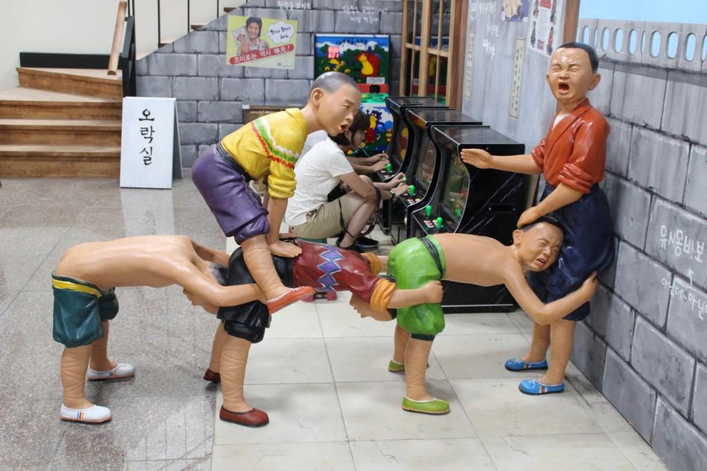 말뚝박기 하는 아이들 모형