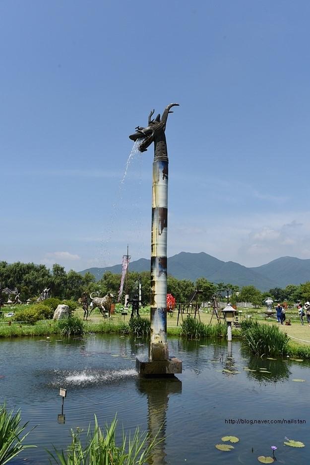 물을 뱉고 있는 커다란 용 분수대