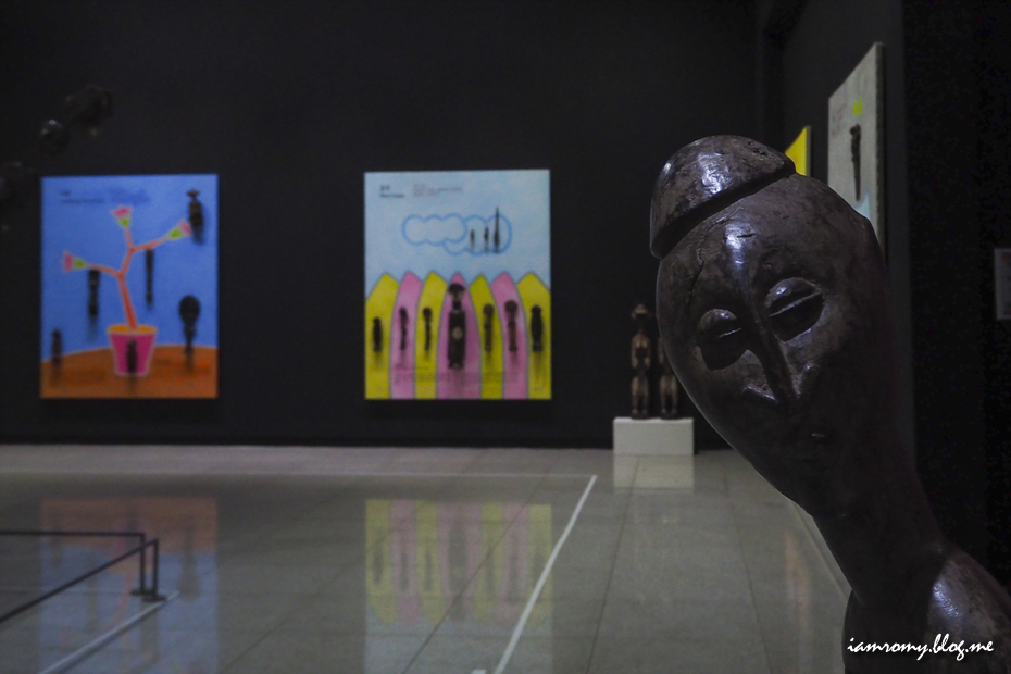 전시된 아프리카 조각 작품