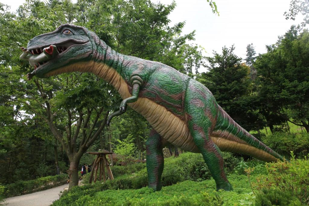 뭔가를 먹는 공룡 모형