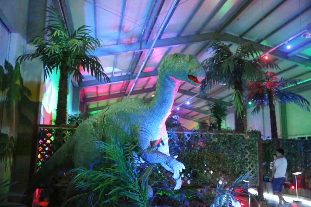 조명등 아래 공룡