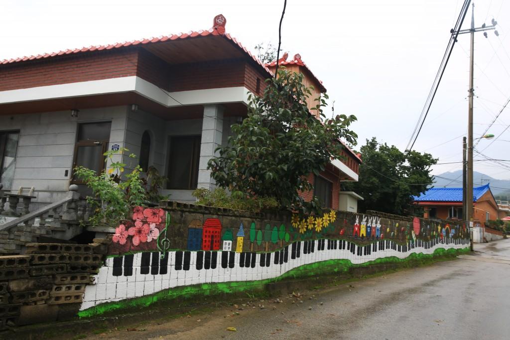 피아노건반이 그려진 벽화가 있는 집