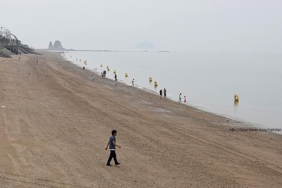 제부도 해안을 걷는 사람들