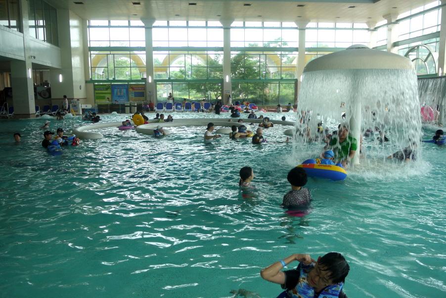 실내 수영장에서 노는 아이들
