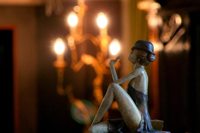 노래하는 여인의 조각품