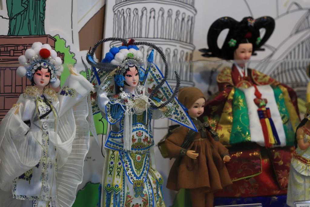 다양한 나라의 전통옷을 입은 인형들