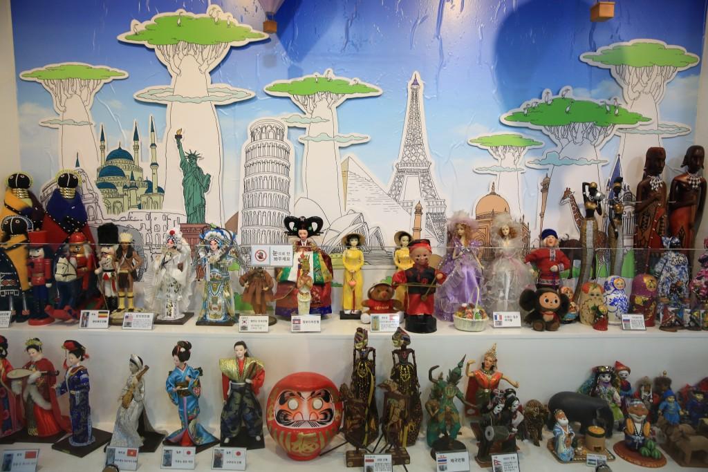 다양한 나라의 전통옷을 입은 인형들 장식장