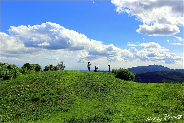 푸른 하늘 사진을 찍는 사람들