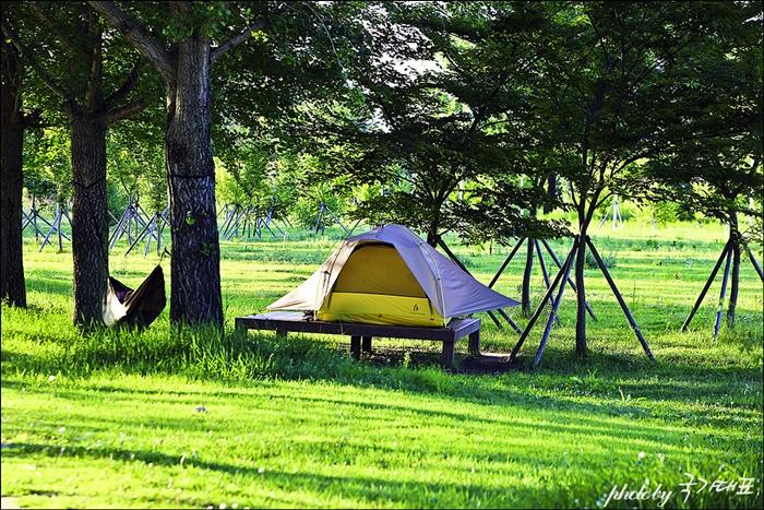 평상 위에 펴져있는 텐트