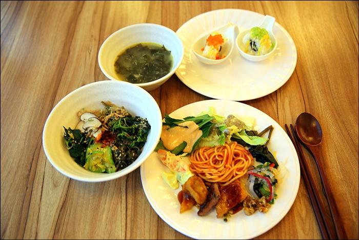 여러가지 음식들이 담긴 접시와 그릇들