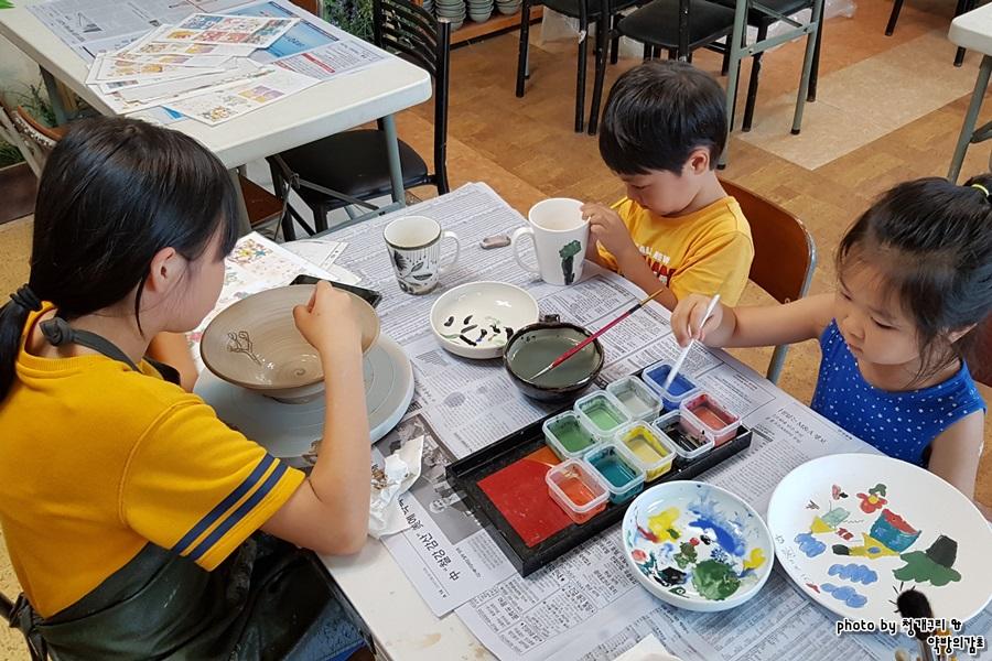 초벌 그림을 그리고 있는 아이들