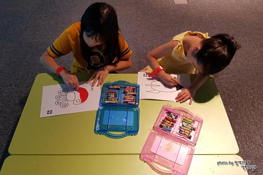 색칠놀이를 하는 아이들